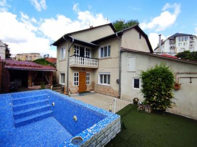 Se vinde casă cu două nivele + teren